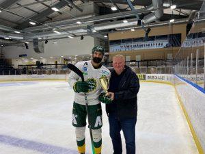 Sundsvall Hockeys ordförande Magnus Svensson delar ut vinnarpokalen till Björklövens lagkapten Daniel Rahimi